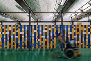 Hospital com aberturas tipo sheds. Fonte: Archdaily